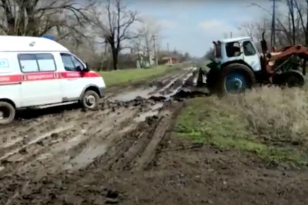 Машину выволакивали из грязи с помощью трактора