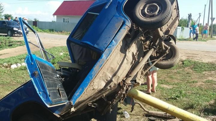 «А если бы рвануло?»: «заволгой» водитель «Жигулей» протаранил опору газопровода