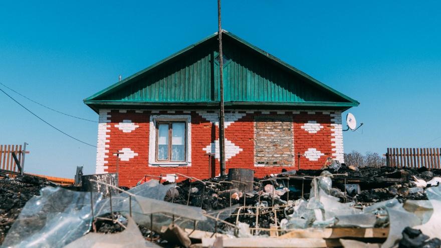 «Куры погорели, один петух носится по пустырю»: репортаж из района, где 8семей потеряли дома на пожаре