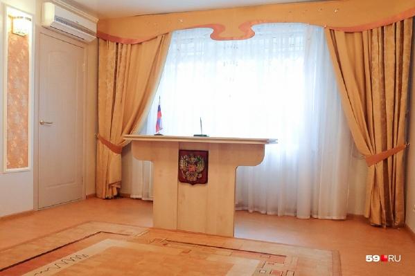 """ЗАГСы Перми будут работать во все дни, кроме 1 и <nobr class=""""_"""">3 мая</nobr>"""