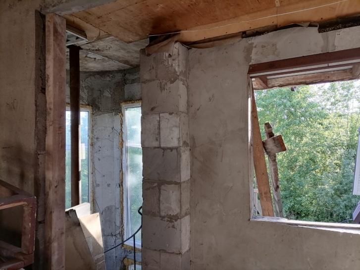 На фото видно, что до проживания в этот дом надо вложить еще много денег, которых у женщины нет: сама постройка выставлена на продажу, чтобы погасить долги по кредитам