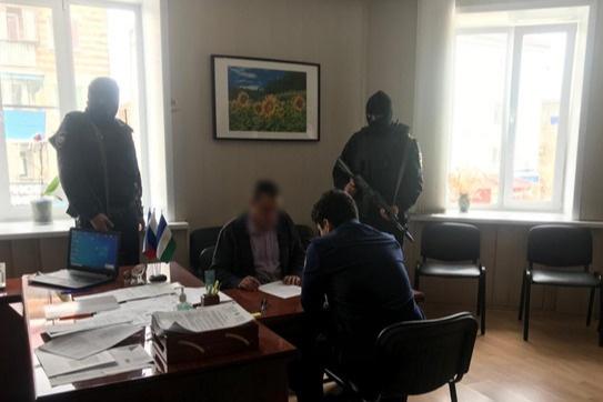 Начальника подозревают в получении более миллиона рублей