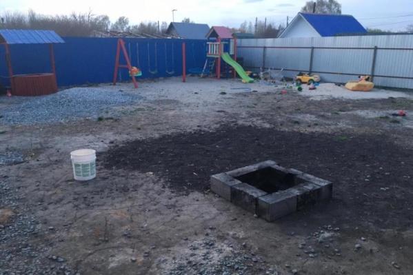 Яма для сжигания мусора находилась рядом с детской площадкой
