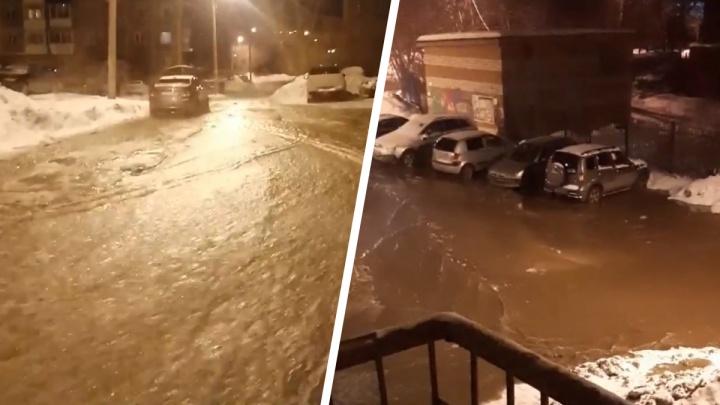 «Конькобежная трасса завтра будет»: в Первоуральске в мороз по улице потекла река
