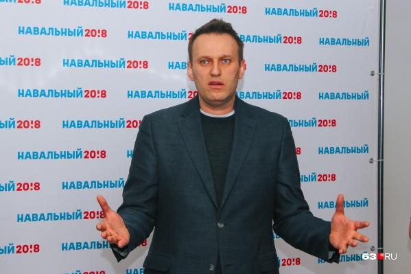 Алексей Навальный считает, что его отравили сотрудники ФСБ. А следствие считает, что опальному политику с секретной информацией мог помочь самарский полицейский
