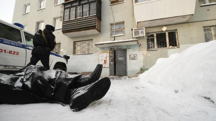 Родственники плакали перед подъездом: репортаж из дома на ЖБИ, где погибли восемь человек