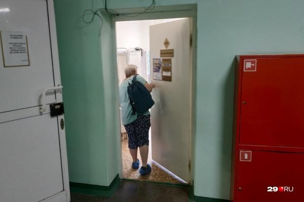 """Ругаться на долгую очередь за прививкой просто <nobr class=""""_"""">некому —</nobr> в коридорах поликлиник стоит по одному-два человека"""