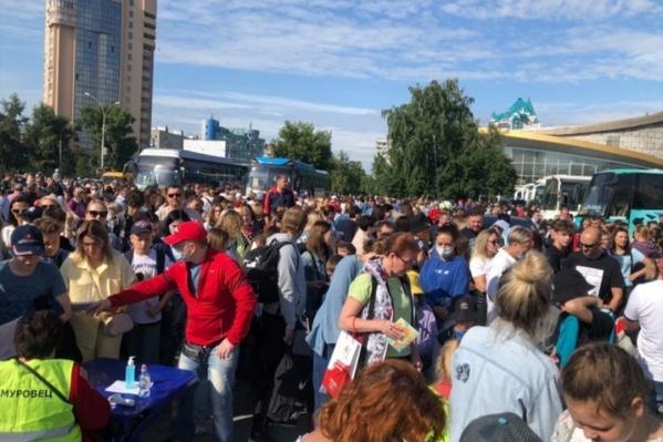 Сотни новосибирцев собрались субботним утром проводить детей в лагерь