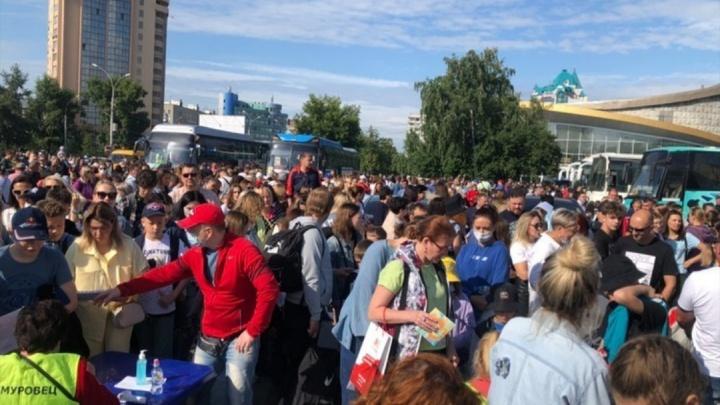 Сотни людей собрались возле новосибирского цирка, чтобы пройти медосмотр