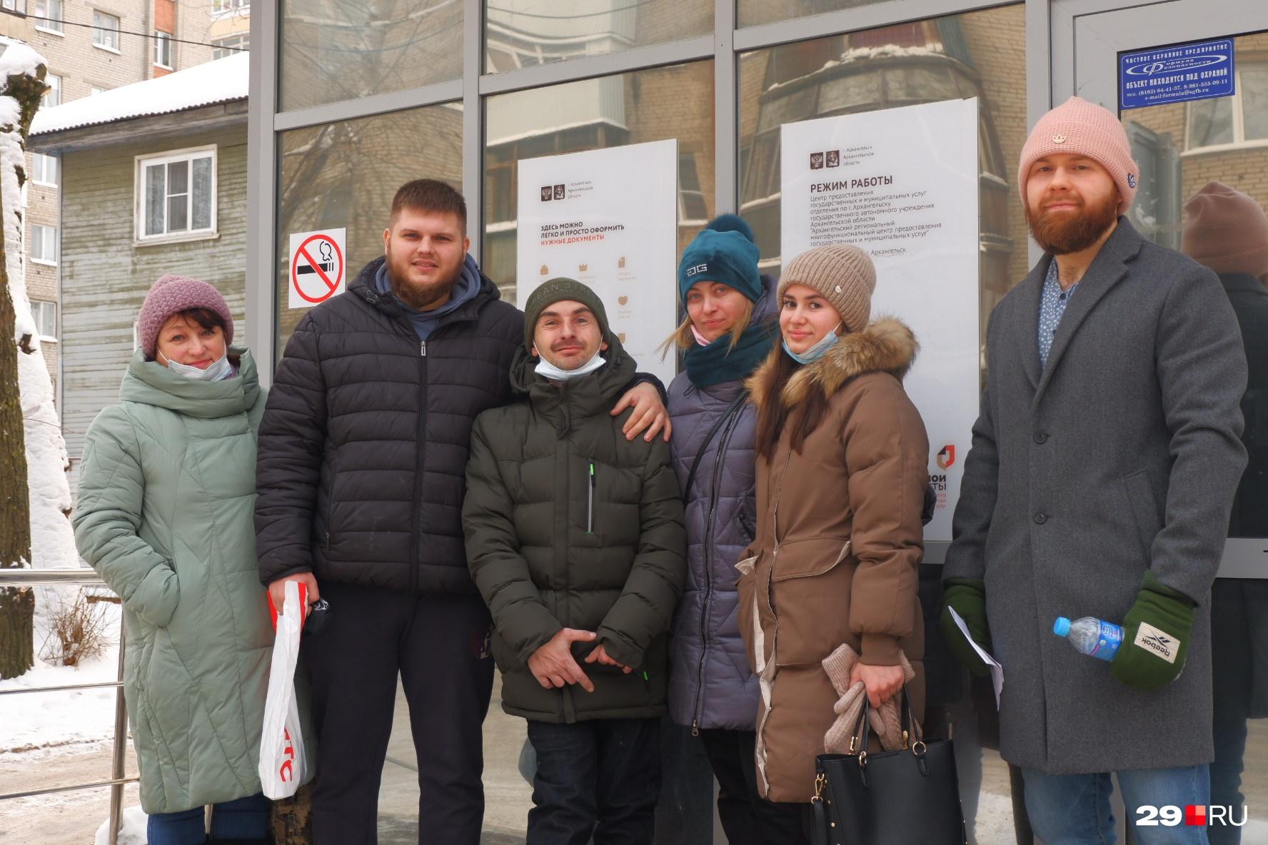 Счастливый Артём и волонтеры из Архангельска, которые помогают ему переехать в новое жилье