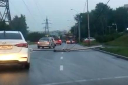На Московской упал фонарь. Он лежит поперек дороги и мешает ездить машинам