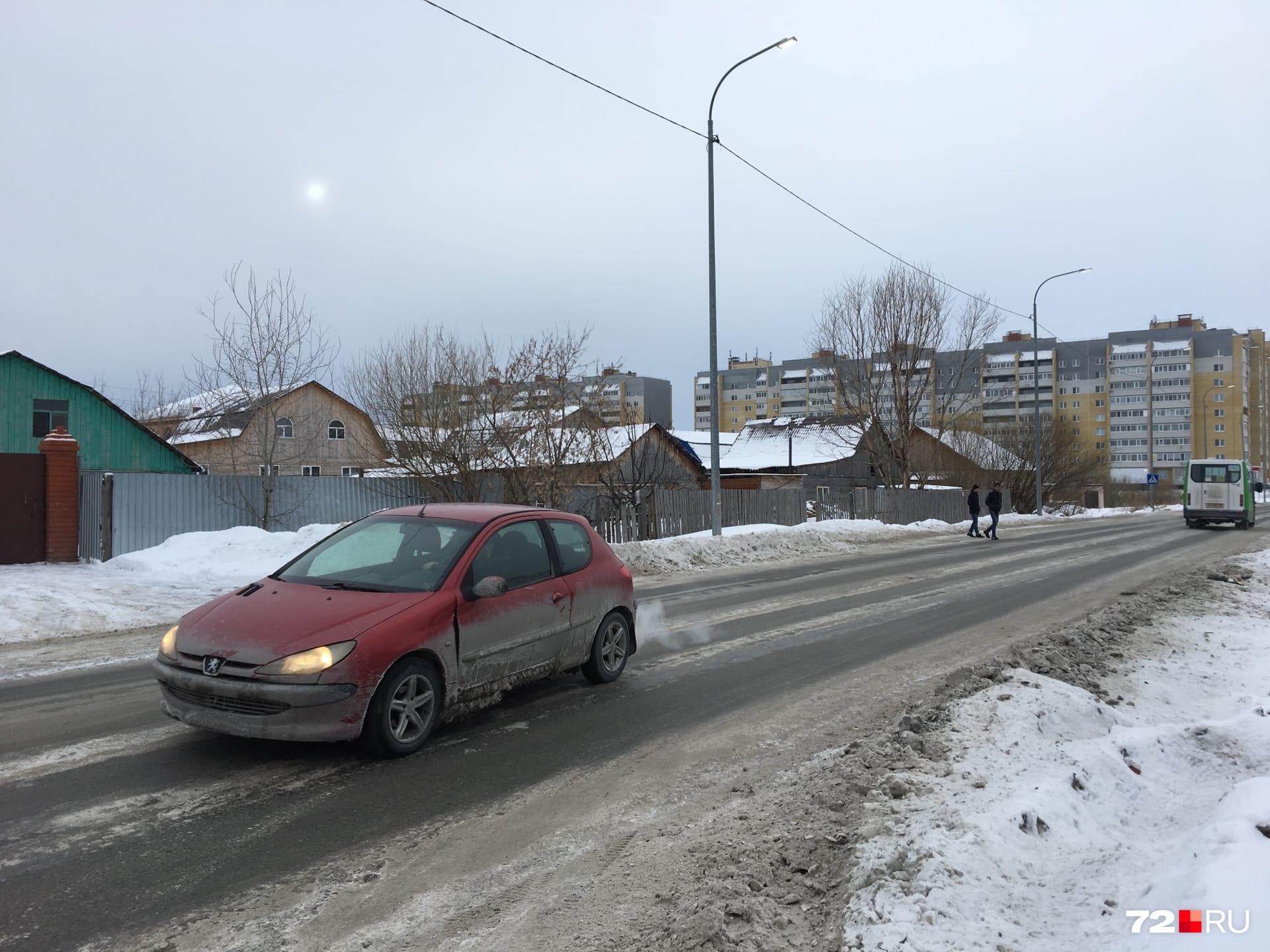 Сейчас на дороге стоят дорожные знаки и идут ремонтные работы на электросетях. Признаков, что здесь вчера было страшное ДТП, нет. Машины всё так же ездят, а пешеходы перебегают дорогу — не всегда в положенном месте