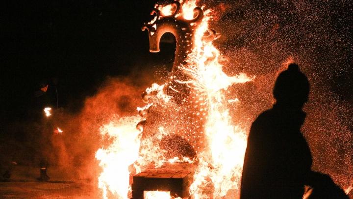 Конь с гривой из огня: на Омской крепости эффектно обожгли скульптуры почти в два метра высотой