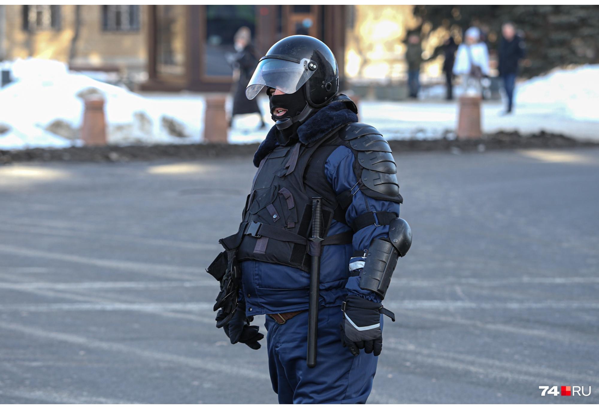 Сотрудники полиции выставлены друг от друга буквально в нескольких шагах