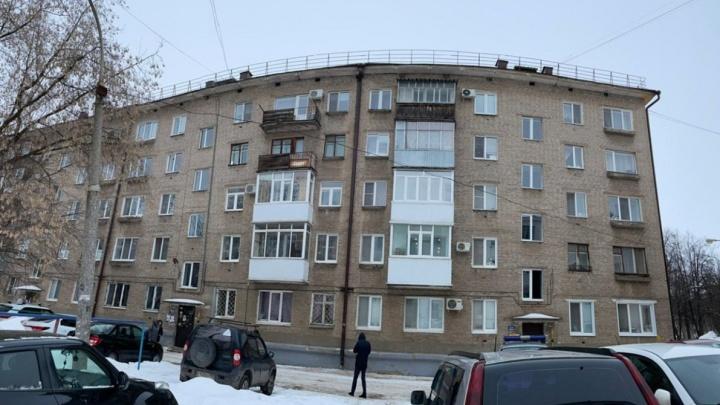 В Уфе на 14-летнего подростка упала наледь с крыши жилого дома