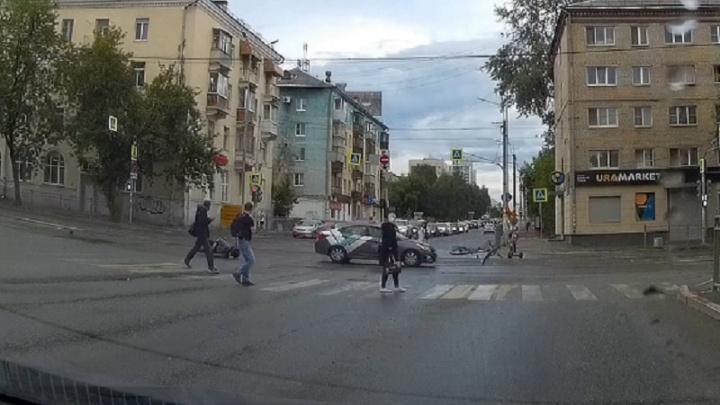 Момент жесткого ДТП с машиной каршеринга, после которого велосипедист оказался в реанимации, попал на видео