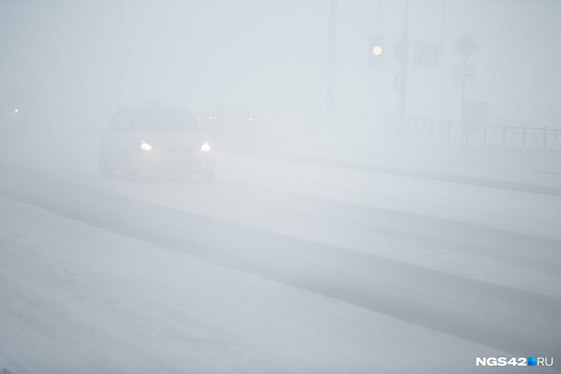 Из-за морозного тумана и дымки на дорогах плохая видимость