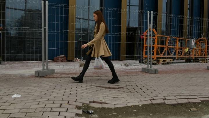 «Неразумно всё закатать в асфальт»: мэр Екатеринбурга ответил на предложение убрать кривую плитку с улиц