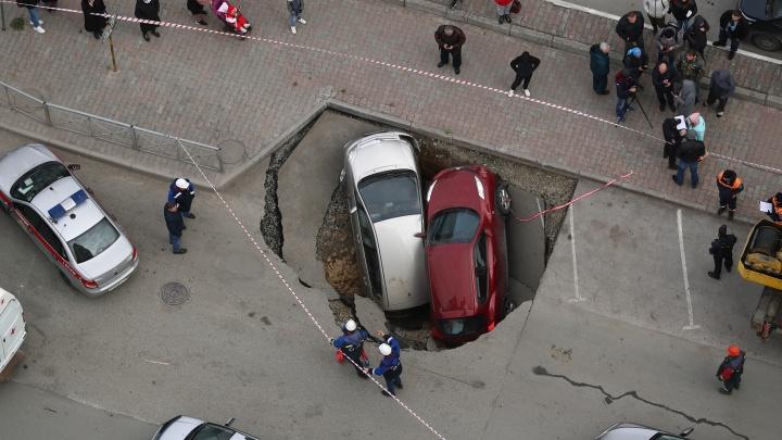 «Мы вышли, а автомобили в дырке»: что говорят очевидцы происшествия на Фрунзе
