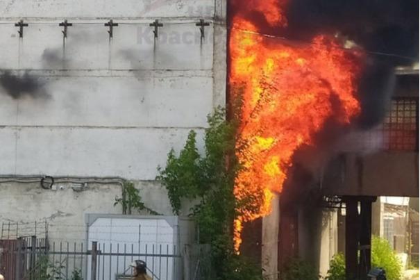 На Высотной крупный пожар в складском комплексе