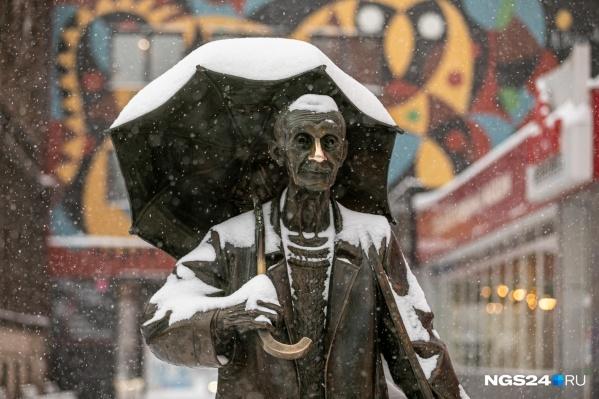 Поздеев предусмотрителен — у него с собой зонт от любой непогоды