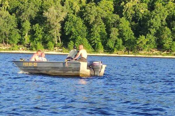 Мужчины переплывали реку на служебном катере