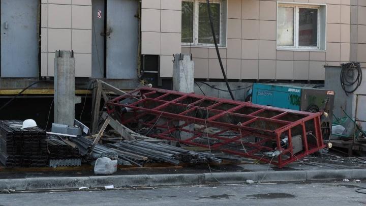 На стройке на Кропоткина рухнула люлька с рабочими — сообщается о четырех пострадавших