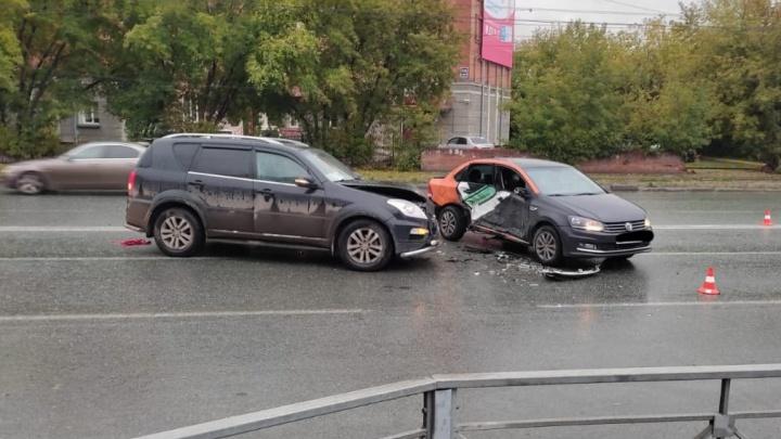 В Новосибирске 18-летний пьяный водитель каршеринга влетел в другое авто — пострадала девушка