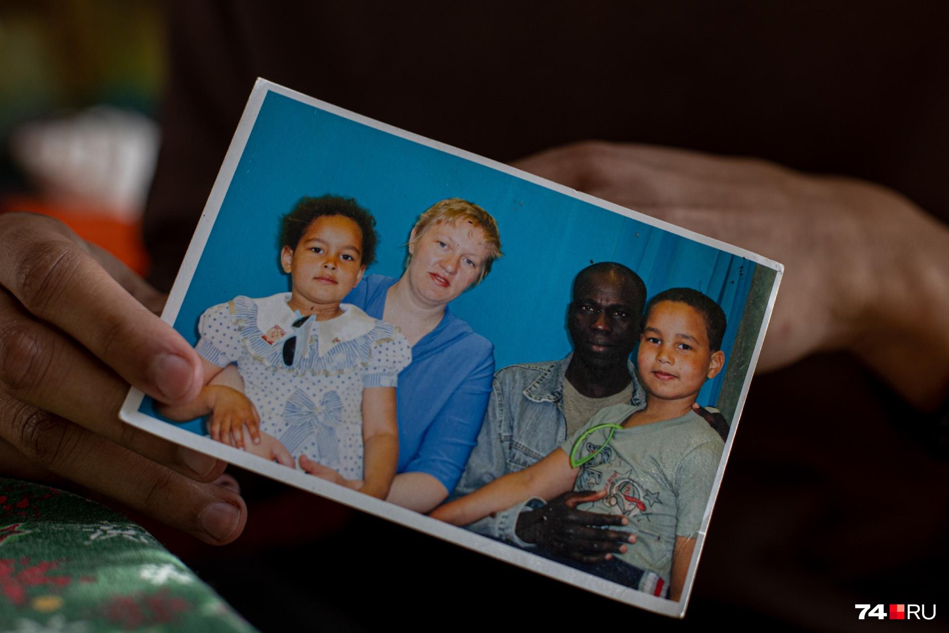 Это редкое семейное фото. Девочка, которую держит на руках Евгения, — ее дочь Мария