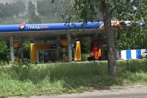 Сначала заполыхал автомобиль, потом огонь перешел на саму заправку