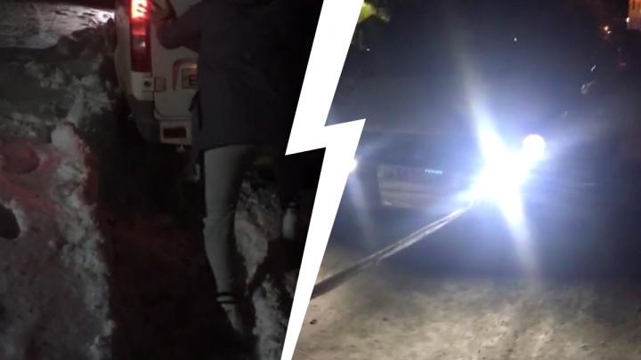 Машина скорой помощи застряла во дворе наБлюхера— ее вытащил другой экипаж