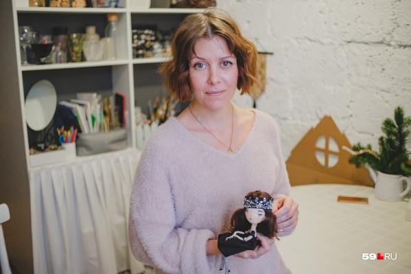 Анастасия Угольникова создает кукол уже несколько лет. Мы посчитали — их около тысячи!