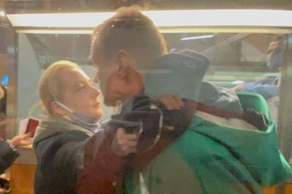 Перед арестом Юлия Навальная обняла мужа.