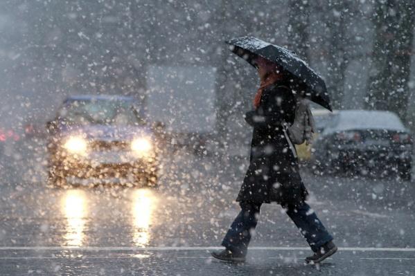 С раннего утра в Екатеринбурге сыплет мелкий и мокрый снег