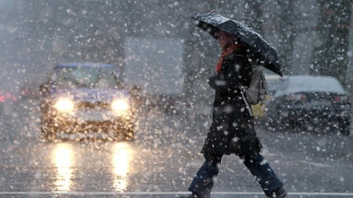 ГИБДД Екатеринбурга выпустила предупреждение для водителей из-за мокрого снега