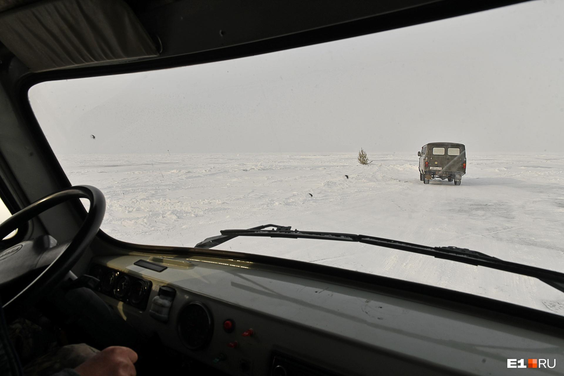 Дороги на Байкале размечены вешками — сосенками, воткнутыми прямо в лед для ориентира