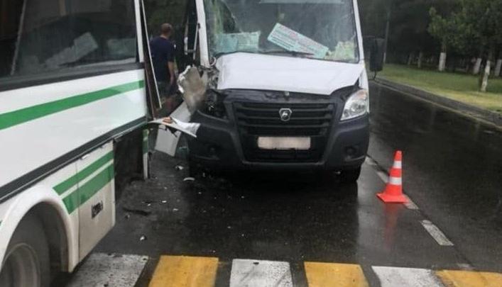 В Анапе после столкновения двух маршруток увезли на скорой 6 человек, среди них двое детей