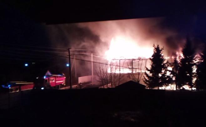 В поселке Юный Ленинец загорелись два жилых дома— пожар попал на видео