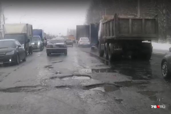 Из-за ям на окружной дороге постоянные пробки