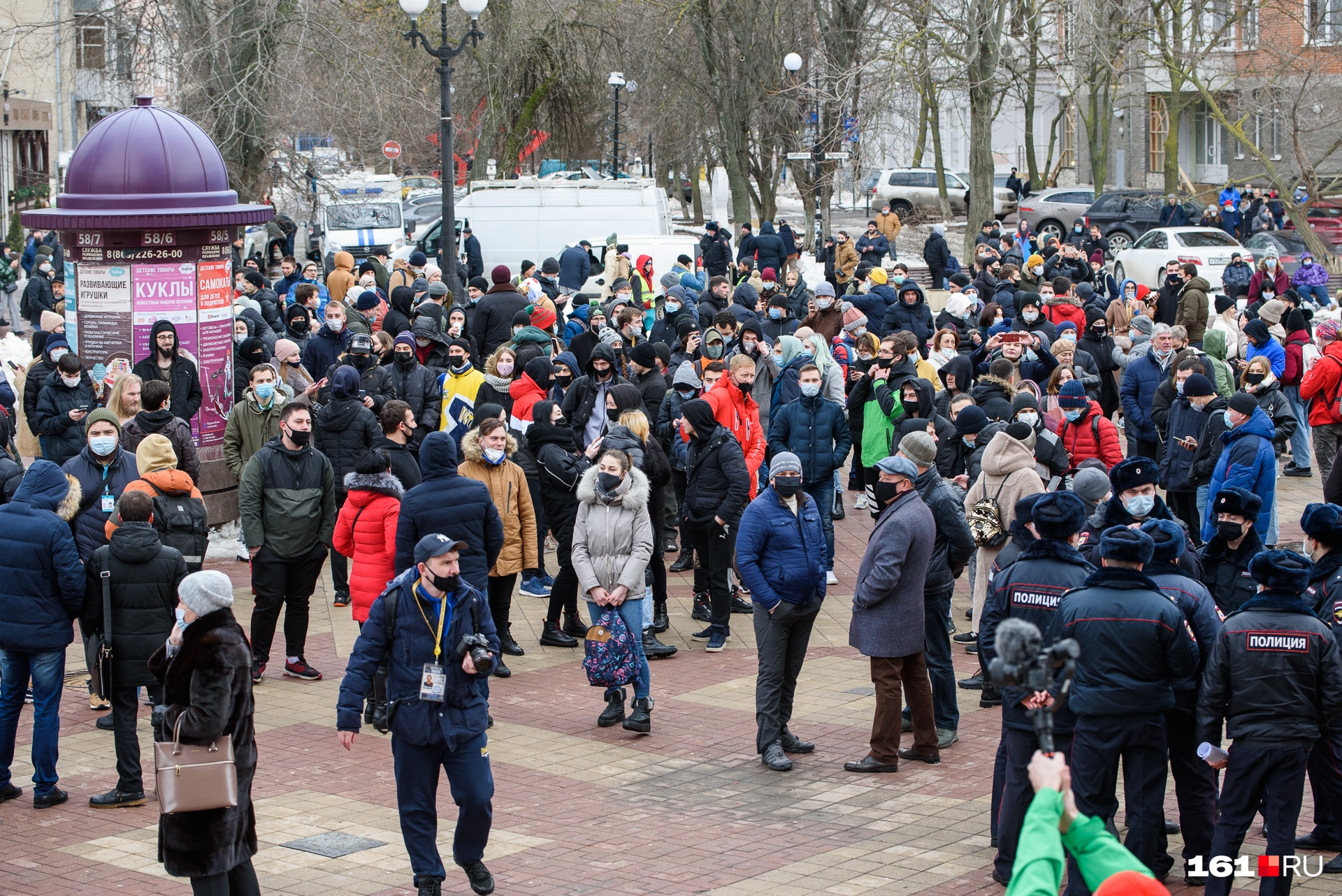 Люди начали подходить к публичной билиотеке в 13:00