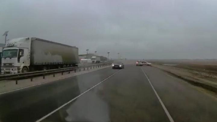 «У попутки лопнуло колесо»: массовая авария на трассе в Волгоградской области попала на видео