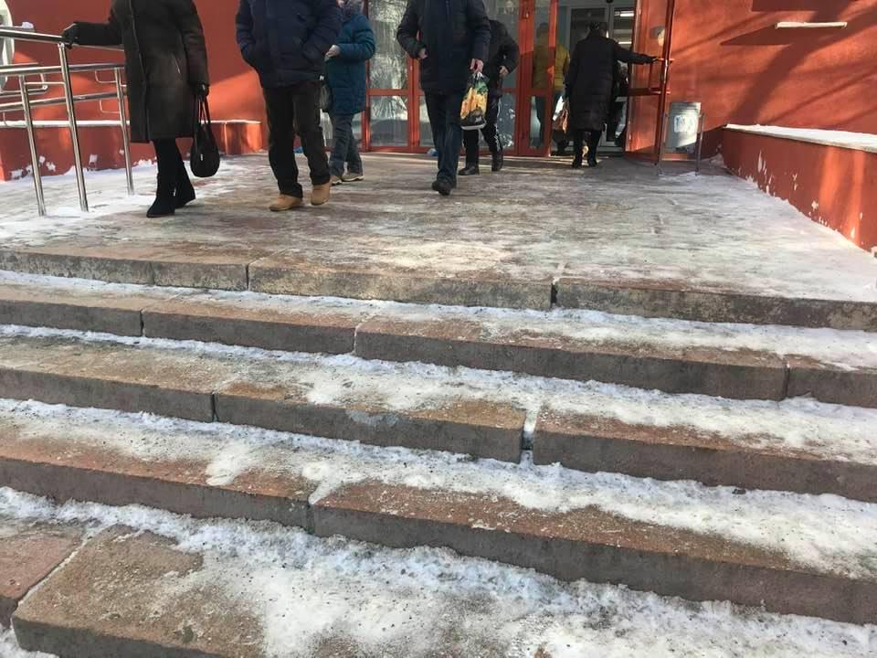 Также посетители, многие из которых — пожилые люди, недовольны скользкими ступенями на крыльце больницы