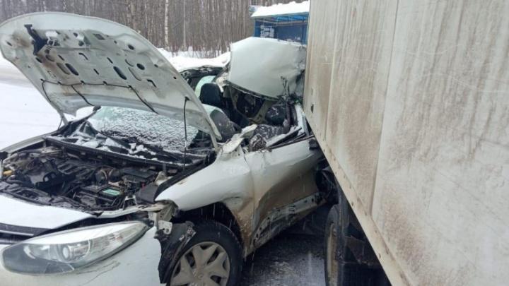 Водителя увезли на скорой: в Рыбинске «Рено» влетел в остановившуюся «Газель»