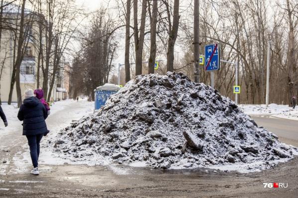 На Резинотехнике — сугроб из снега и грязи выше человеческого роста