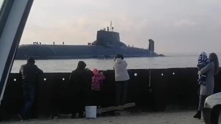 Северодвинцы снимают подводную лодку рядом с берегом