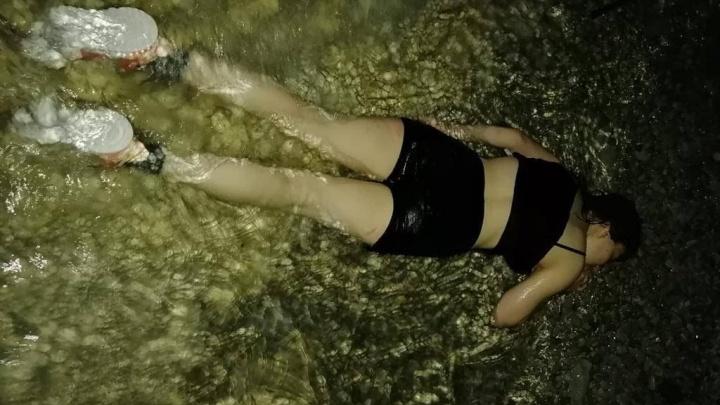 В Геленджике девушка упала с 10-метровой скалы в море и выжила