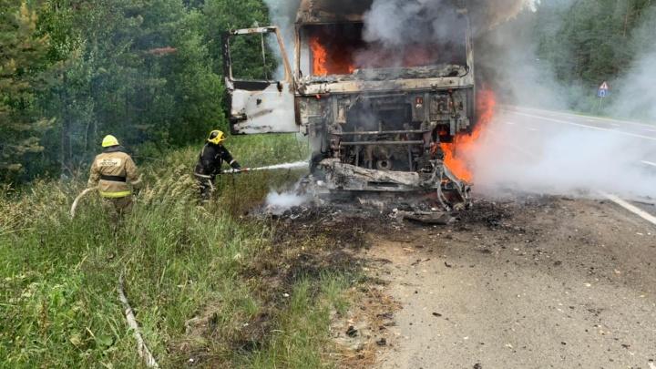 На трассе под Екатеринбургом дотла сгорел грузовик