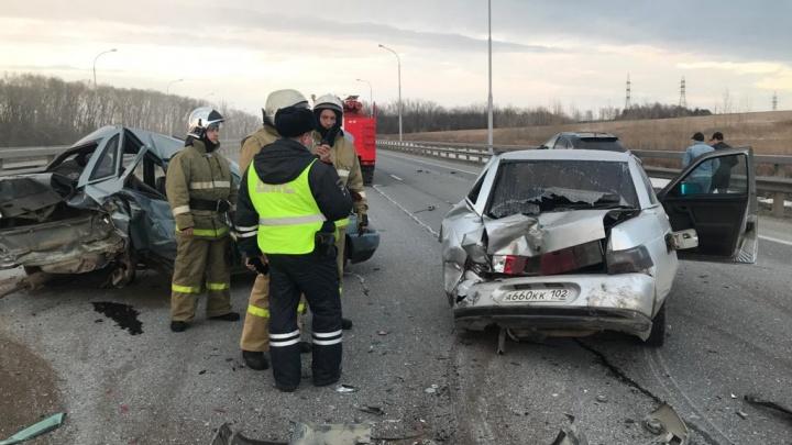 Под Уфой столкнулись три машины. Водитель вышел поправить оторвавшийся трос, когда в него влетел внедорожник