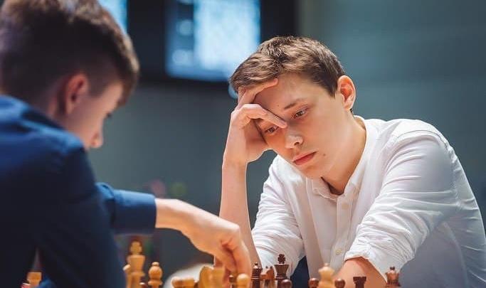Юный гроссмейстер из Новочеркасска проиграл действующему чемпиону и выбыл из Кубка мира