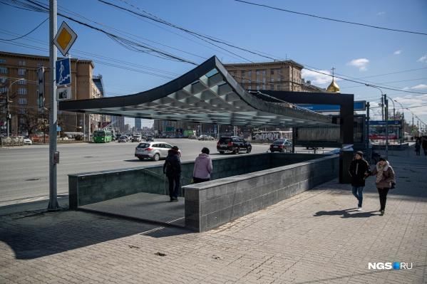 Вход со стороны Первомайского сквера накрыли навесом